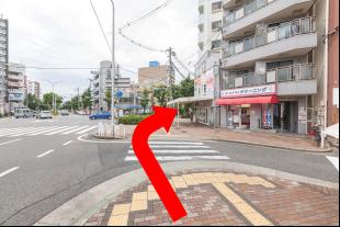 不動産屋が右手に見えたら、右に曲がります。